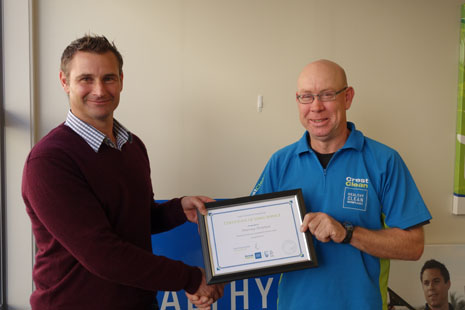 Tauranga Franchisee Murray Strutton receiving his 5 Year Long Service Award from Regional Director Jan Lichtwark.