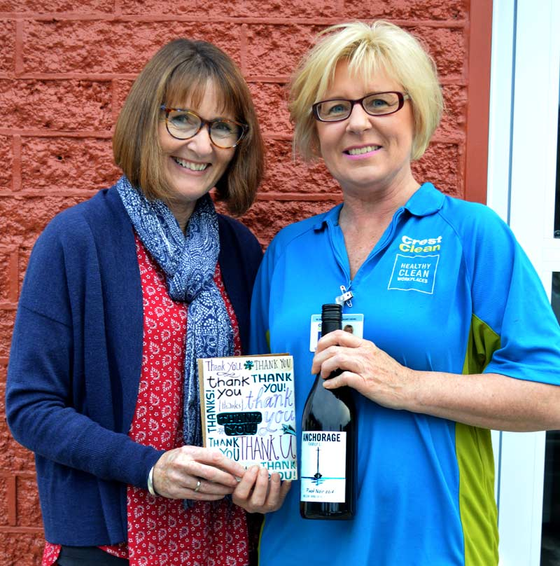 Linda Beatson, Deputy Principal of Motueka South School, presents Michelle Lockhart with a bottle of wine and a 'thank you' card.